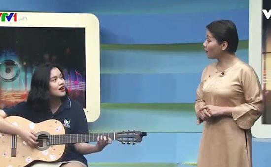 Con gái 17 tuổi xinh đẹp của BTV Bông Mai đàn hát cùng mẹ trên sóng truyền hình