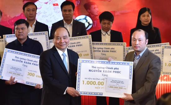 Thủ tướng trao 20 tỷ đồng từ đấu giá bóng, áo của đội U23 cho huyện nghèo