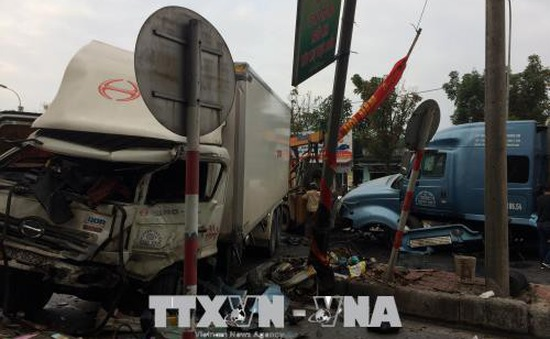 Thừa Thiên - Huế: Va chạm giữa xe container và xe tải, 3 người bị thương