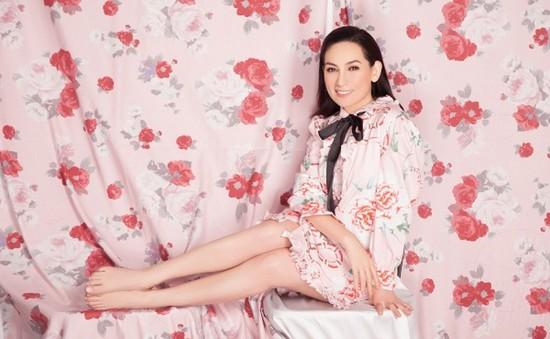 Phi Nhung bất ngờ gợi cảm với sắc hồng ngọt ngào