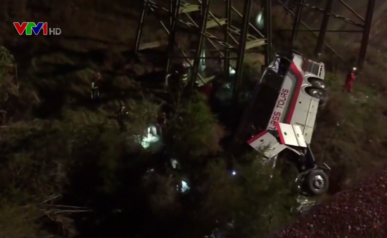 Xe bus chở 45 người mất lái, rơi xuống khe núi ở Mỹ