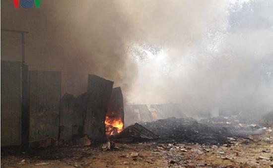Cháy cơ sở phế liệu cạnh hai trường học tại Bình Dương