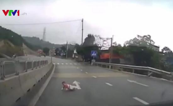 Thót tim cảnh em bé bò qua quốc lộ, ngay trước đầu ô tô ở Quảng Ninh