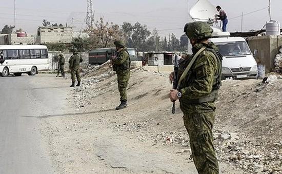 """Binh sĩ Nga lập """"hành lang sống"""" sơ tán người dân Ghouta (Syria)"""