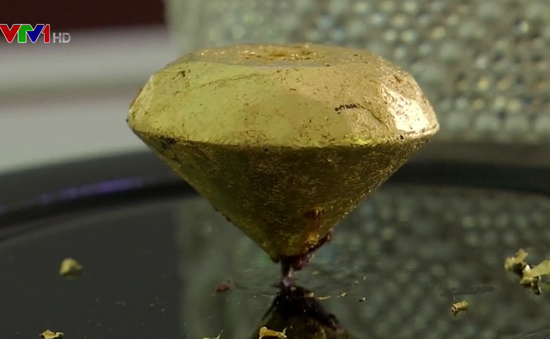 Bồ Đào Nha trưng bày viên chocolate bọc vàng đắt nhất thế giới