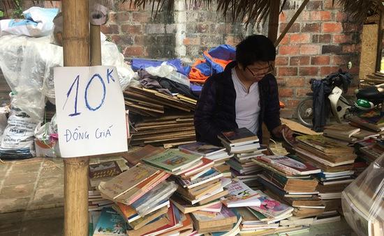 """Hội sách """"đồng giá 1.000 đồng"""" thu hút độc giả tại Hà Nội"""