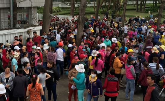 Hàng nghìn công nhân tràn ra QL1K đình công phản đối chính sách lương mới