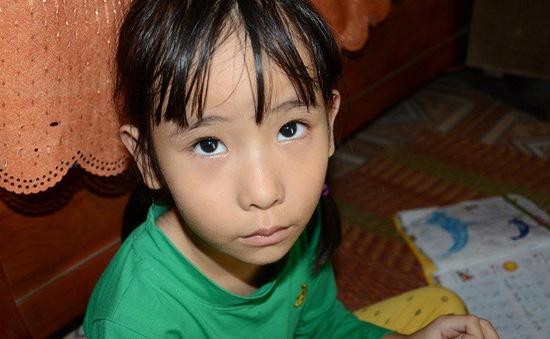 Ánh mắt đáng thương của bé 7 tuổi bị thiểu năng trí tuệ