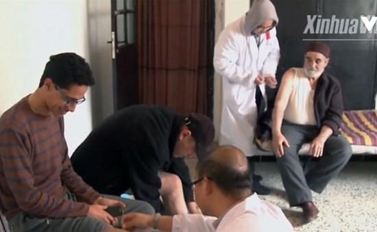 Các bác sỹ Trung Quốc châm cứu miễn phí cho người nghèo Tunisia