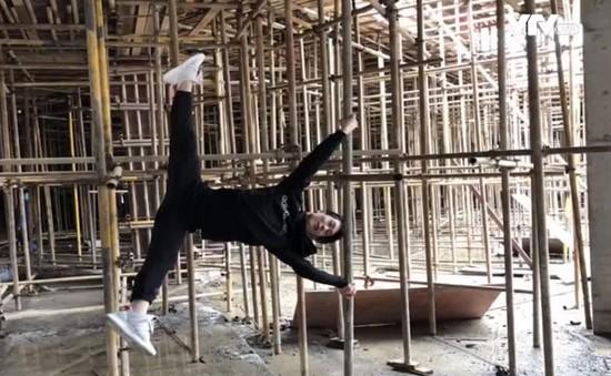Anh chàng thợ xây trở thành vũ công múa cột gây sốt cộng đồng mạng