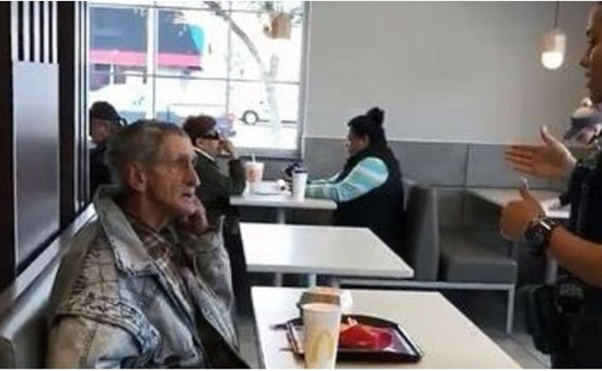 Người vô gia cư bị đuổi khỏi cửa hàng McDonald's