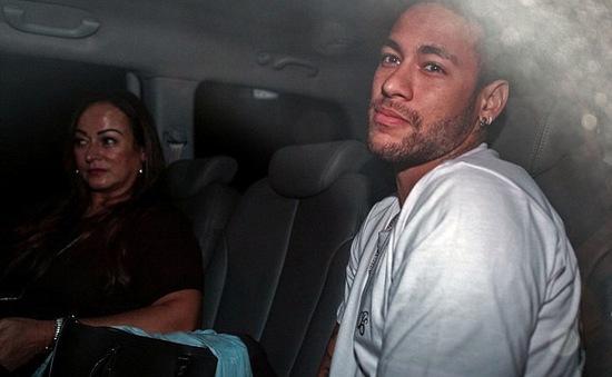 Neymar buồn bã về Brazil phẫu thuật chấn thương