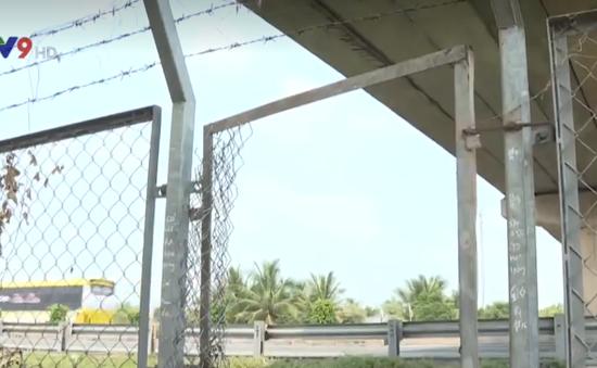 Long An: Cắt hàng rào cao tốc để tạo lối đi