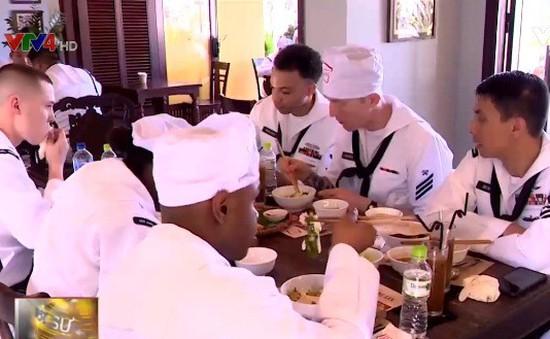 Thủy thủ hải quân Hoa Kỳ ấn tượng với văn hóa Việt Nam