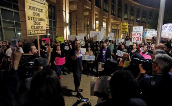 200 người Mỹ biểu tình sau khi cảnh sát bắn chết một người da đen