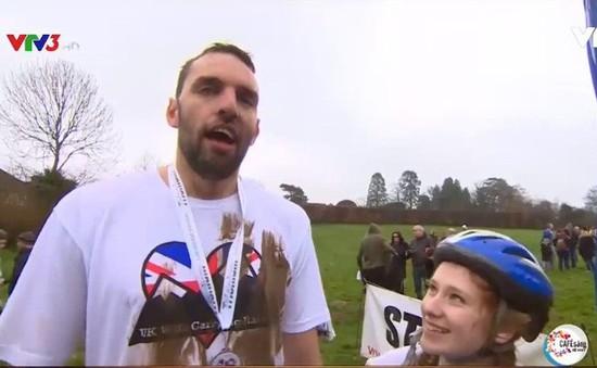 Trượt ngã sát vạch đích, cặp vợ chồng này vẫn giành chiến thắng giải vô địch cõng vợ tại Anh