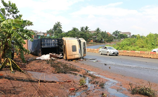 Lật xe khiến hàng trăm lít dầu điều tràn ra đường