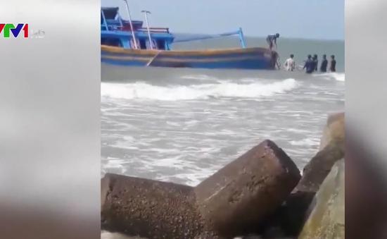 Bình Thuận: 2 tàu chìm tại cửa biển La Gi