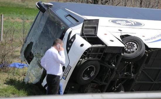Bulgaria: Ô tô đâm khiến xe bus bị lật, gần 30 người thương vong