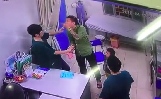 Công an Hà Nội vào cuộc vụ bác sĩ bị bố bệnh nhi đấm vào mặt