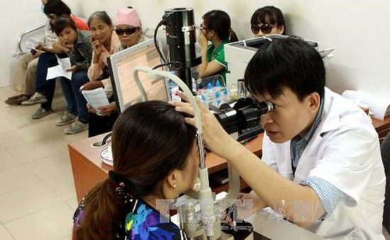 Tầm soát chống mù lòa cho 1.000 người dân