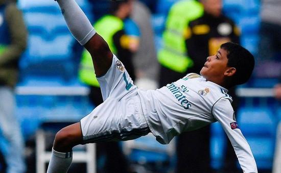 """Con trai C.Ronaldo tái hiện tuyệt tác """"xe đạp chổng ngược"""" của bố"""