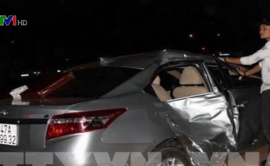 Ô tô mất lái, lấn làn gây tai nạn khiến 4 người thương vong