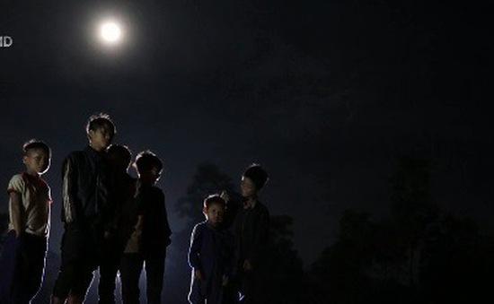Đi học dưới ánh trăng