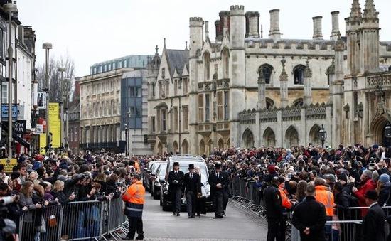 Hàng ngàn người đến dự đám tang của Stephen Hawking