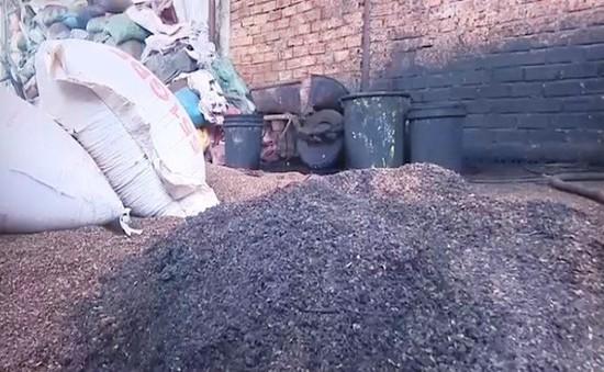 Người dân bức xúc vì cà phê trộn bột pin