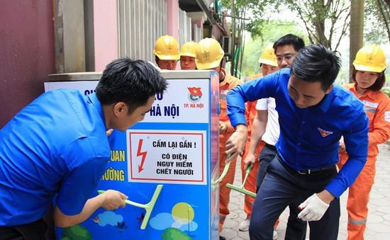 Hà Nội ra quân trang trí tủ điện bằng các poster tuyên truyền