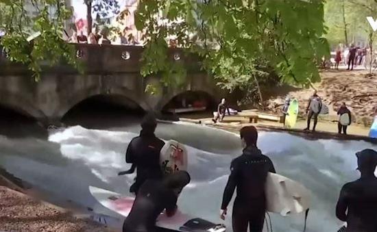 Cách lướt sóng độc đáo trên sông tại Đức