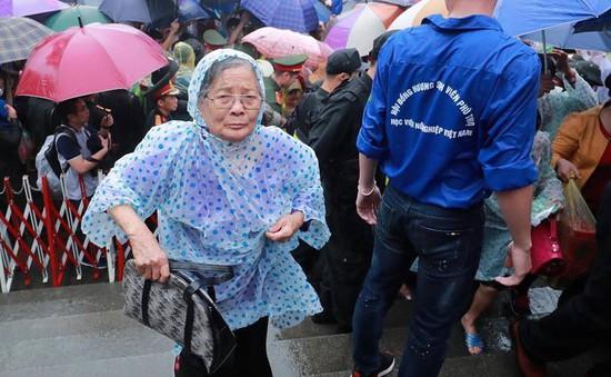 Chùm ảnh người dân đội mưa nườm nượp dự lễ Giỗ tổ Hùng Vương