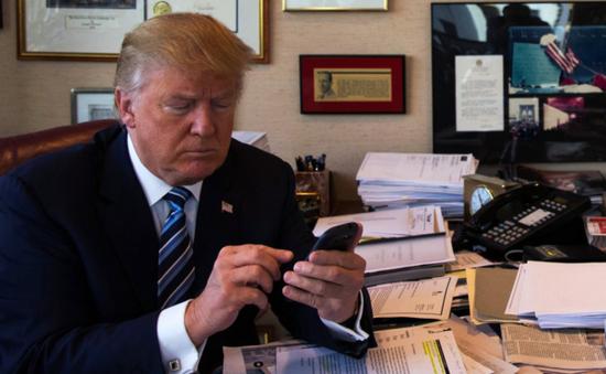 Tổng thống Mỹ sử dụng điện thoại cá nhân gây lo ngại về an ninh
