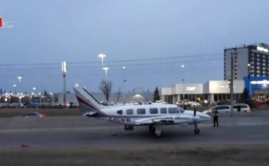 Canada: Máy bay hạ cánh khẩn cấp giữa phố