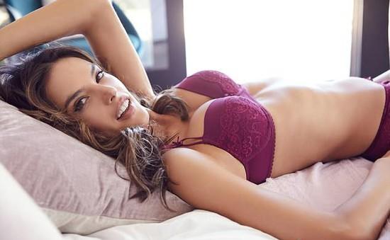 Alessandra Ambrosio vẫn cuốn hút ở tuổi 37