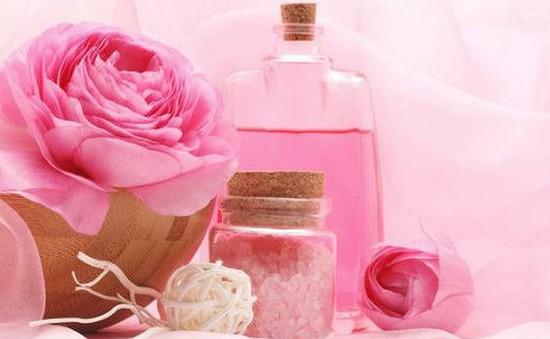 10 công dụng mới lạ của nước hoa hồng