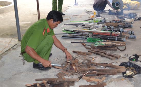 Quảng Ngãi: Công an huyện Ba Tơ thu gom, tiêu hủy gần 100 súng tự chế