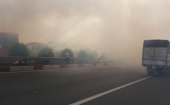 Khói mù mịt trên cao tốc TP.HCM - Long Thành - Dầu Giây, nhiều ô tô đâm liên hoàn