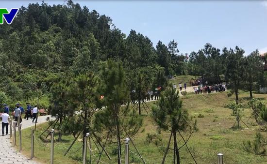 Hàng vạn du khách viếng mộ Đại tướng Võ Nguyên Giáp