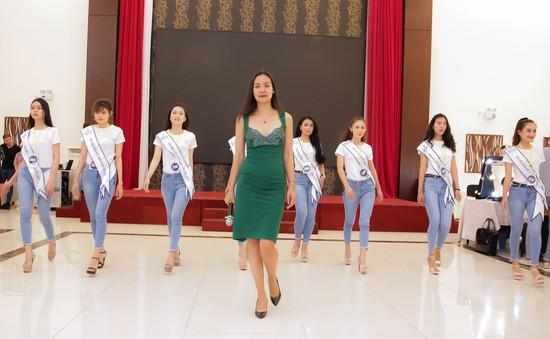 Thí sinh Hoa hậu Biển Việt Nam toàn cầu 2018 tất bật luyện tập catwalk cùng siêu mẫu Bảo Ngọc