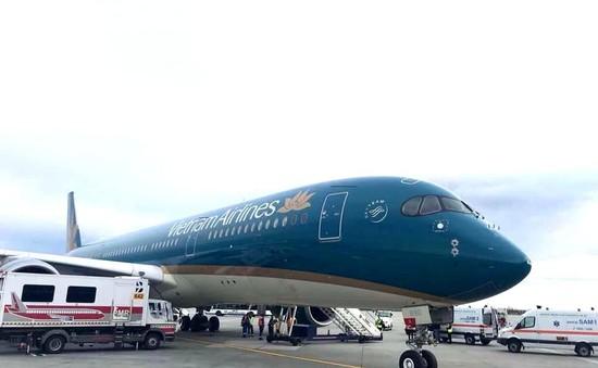 Máy bay Vietnam Airlines hạ cánh khẩn cấp ở Romania cấp cứu hành khách
