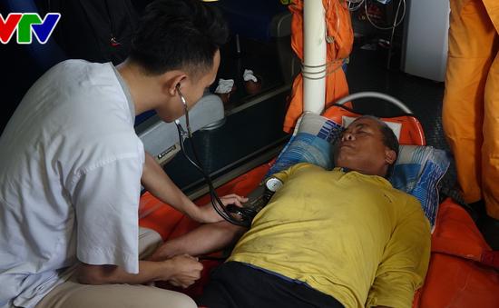 Đà Nẵng: Đưa ngư dân nghi bị tai biến mạch máu não trên vùng biển Hoàng Sa về bờ điều trị