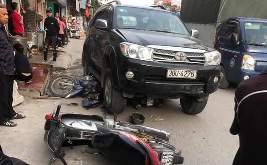 Hà Nội: Ô tô 7 chỗ đâm 3 xe máy, 4 người thương vong