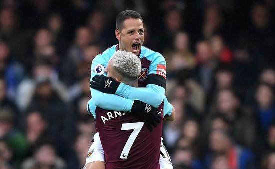 Chicharito lập công, West Ham giành điểm ngay tại Stamford Bridge