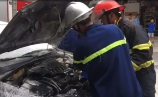 Đà Nẵng: Cháy ô tô trước cổng trường tiểu học Phù Đổng
