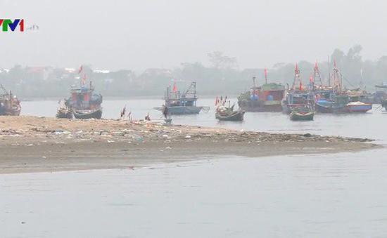 Hàng trăm tàu cá không ra khơi được do cửa lạch bị bồi lấp