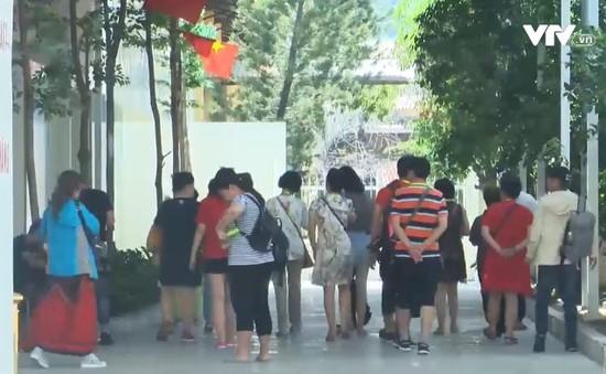 Khó xử lý du khách nước ngoài lao động trái phép tại Việt Nam