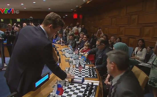 Nhà vô địch cờ vua thế giới đấu cờ với 15 người cùng lúc