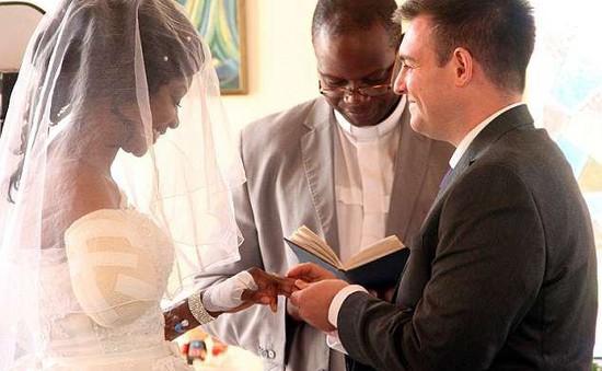 Cặp đôi Zimbabwe làm đám cưới sau khi cá sấu cắn lìa cánh tay cô dâu